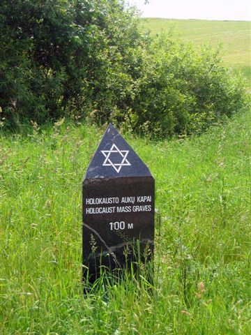LAZDJIAI-HOLOCAUST MEMORIAL-SIGN SHOWING WAY-2006-C12.jpg