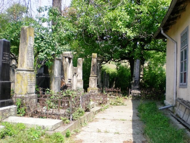 2012-JUL-ROMANIA-PIATRA NEAMT-JEWISH CEMETERY-NOW IN USE-UPPER SECTION (15).jpg