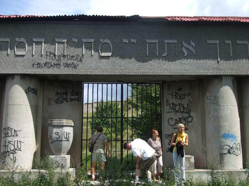 Holic_Cemetery_201s.JPG